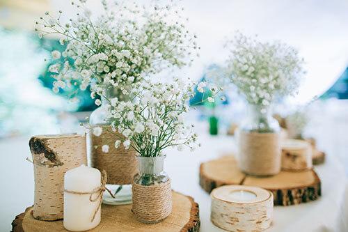 Mischung aus verschiedenen Deko-Produkten wie Kerzen und Blumen
