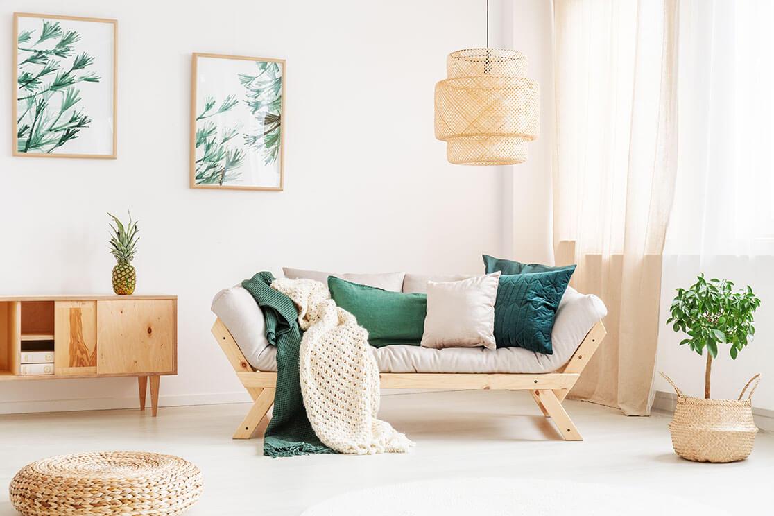 Möbel in smaragdgrünem Wohnzimmer - Couch, Kommode, dazu Bilder, Blumen und Bilder