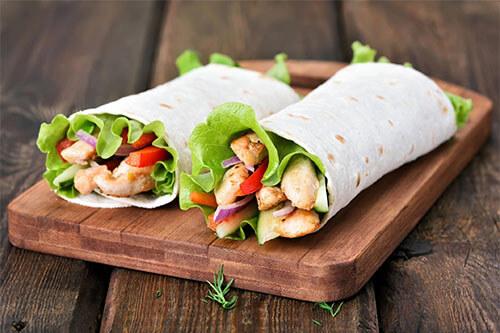 2 Wraps mit eiweißreichen Lebensmitteln wie Putenfleisch als Füllung