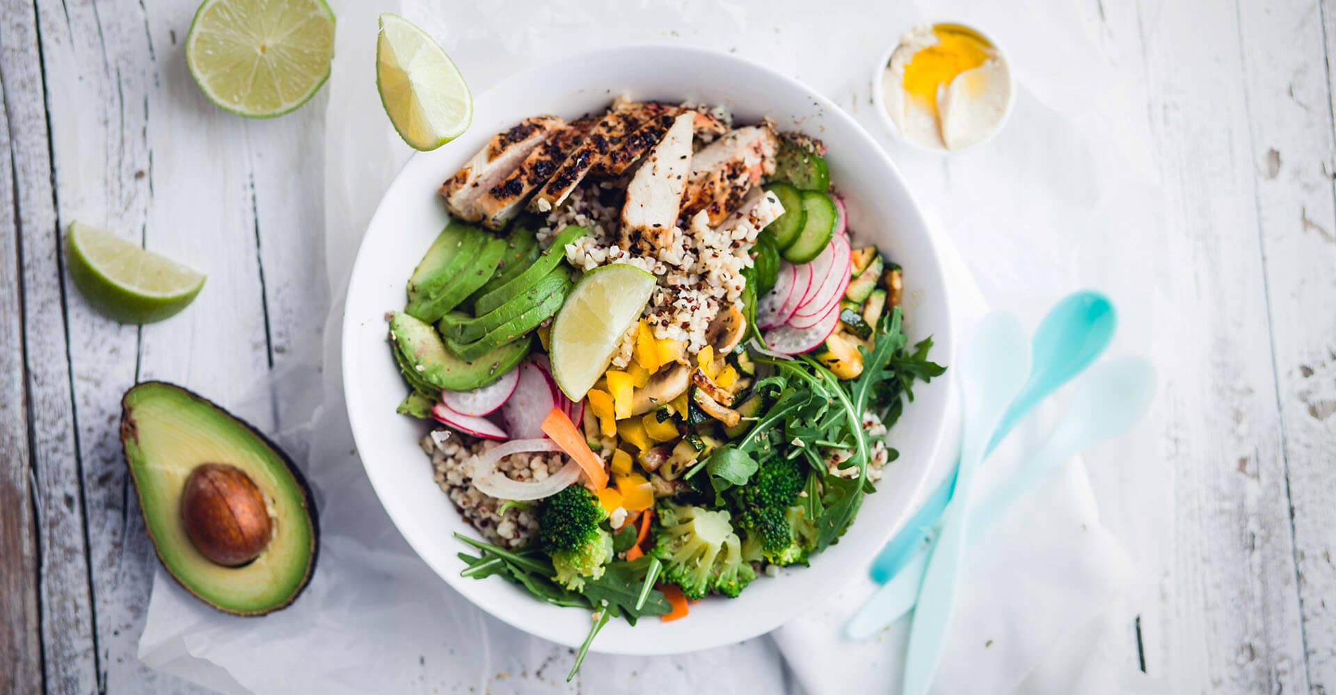Eiweißreiche Lebensmittel in einer Schüssel zu einem Salat vermischt