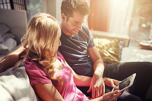 Mann und Frau planen ihre Familie