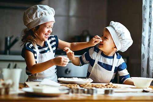 Kleine Kinder backen gemeinsam in der Küche