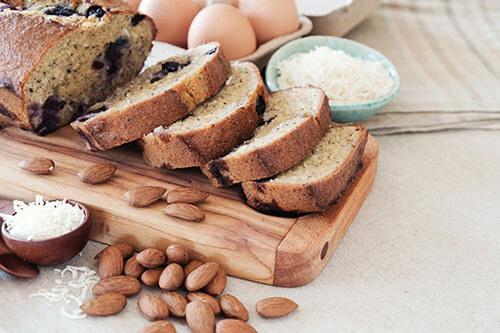Keto-Nahrungsmittel wie Nüsse oder kohlenhydratarmes Brot