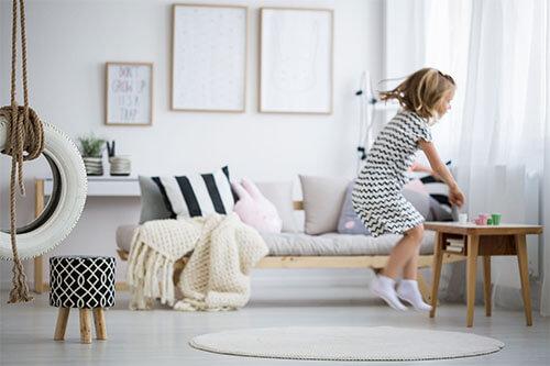 Mädchen springt in ihrem Kinderzimmer umher