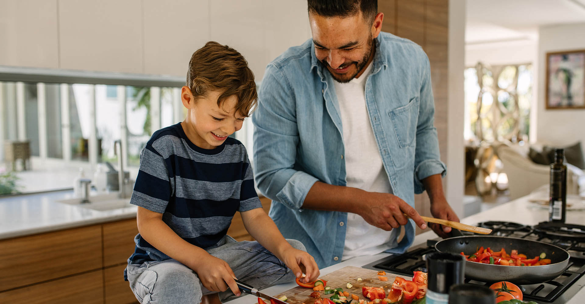 Vater und Sohn machen in der Küche Meal Prep
