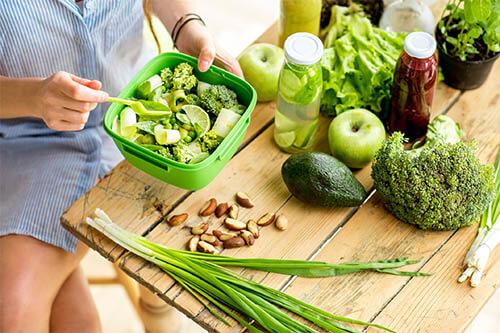 Frau ist veganes Meal Prep
