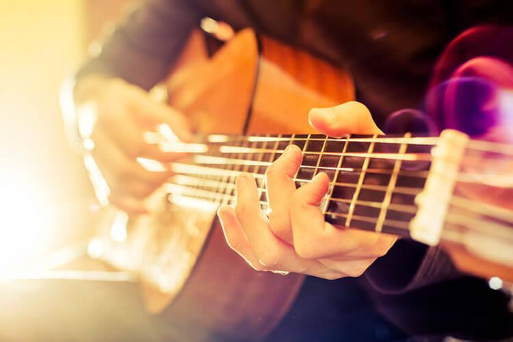 Mann macht seiner Gitarre Musik