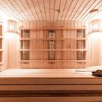 Innenaufnahme einer hellen, komplett aus Holz bestehenden Infrarot Sauna für Zuhause
