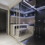 Kleine Sauna Zuhause aufgebaut und lila Infrarot-Licht