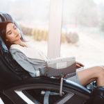 Frau entspannt zuhause in Massagegerät Massagesessel