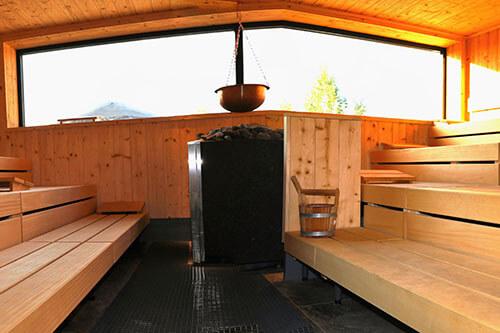Selbstgebaute Sauna von innen