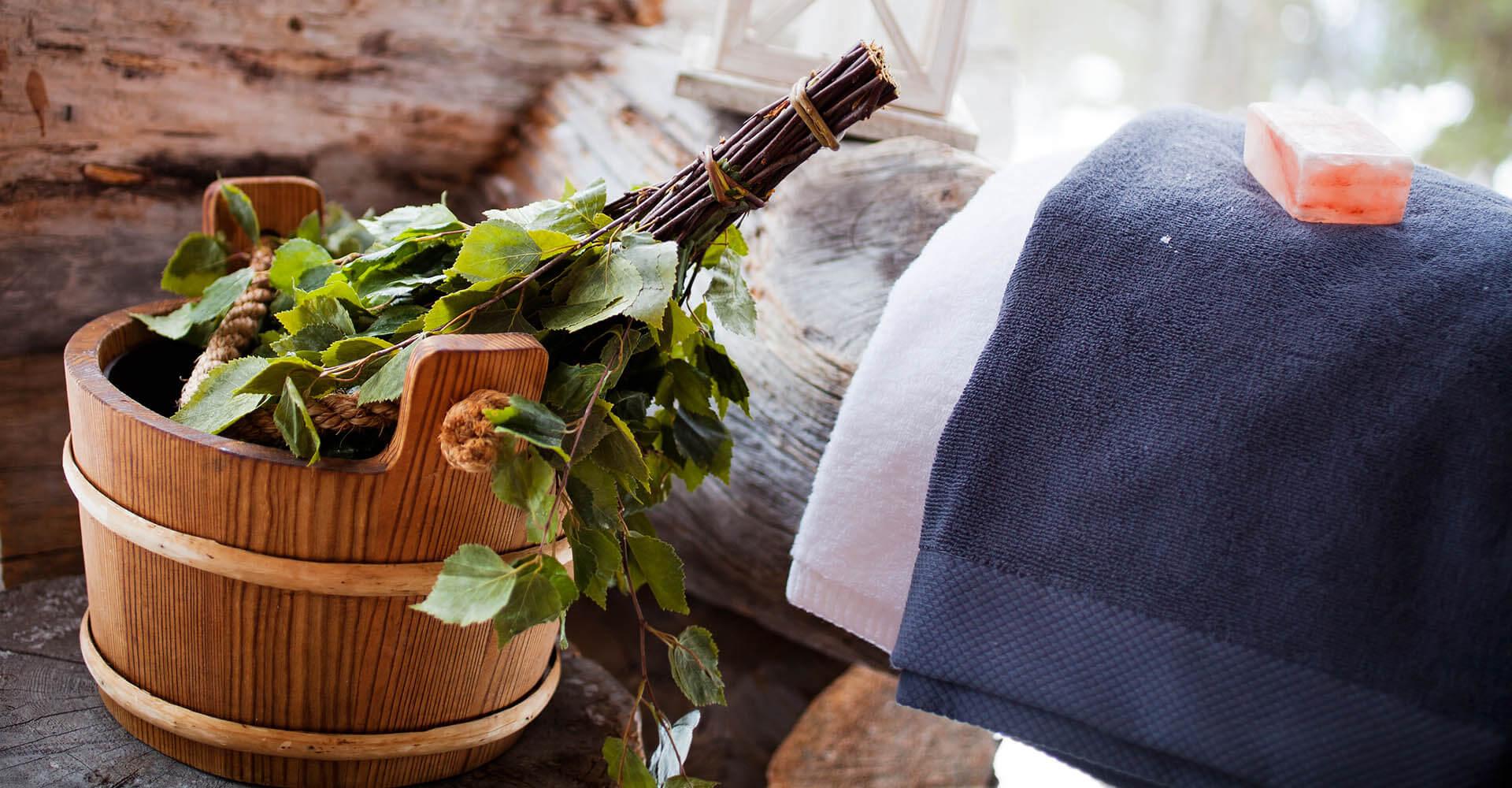 Saunazubehör wie Bottich, Kelle, Handtuch, Seife, Minzblätter