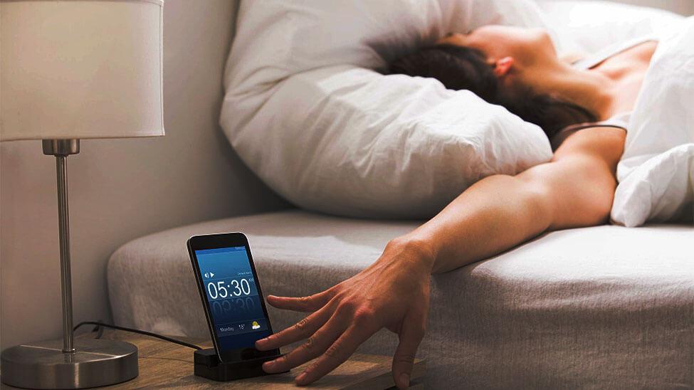 Schlafphasenwecker weckt Frau