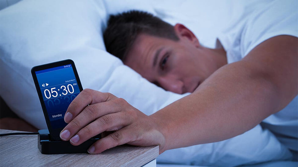 Schlafphasenwecker weckt Mann