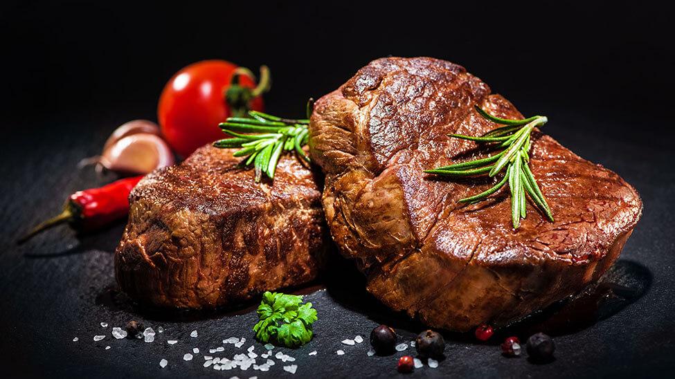 Leckeres Grillfleisch garniert mit Gemüse