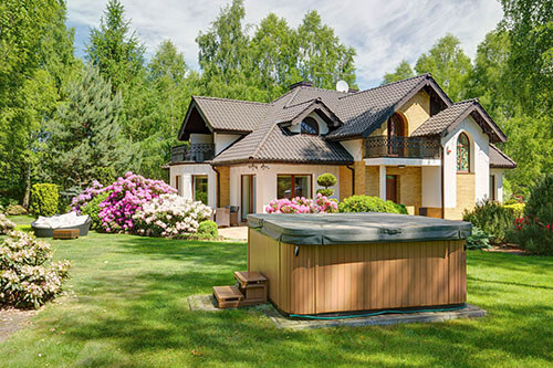 Abgedeckter Außenwhirlpool in großem Garten