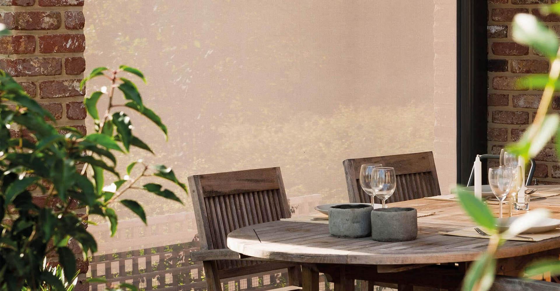 Seitenmarkise auf Terrasse vor Terrassenmöbeln wie Stühlen und Tisch