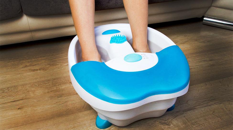 Füße in Fußmassagegerät