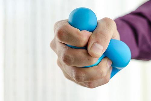 Hand drückt Antistressball