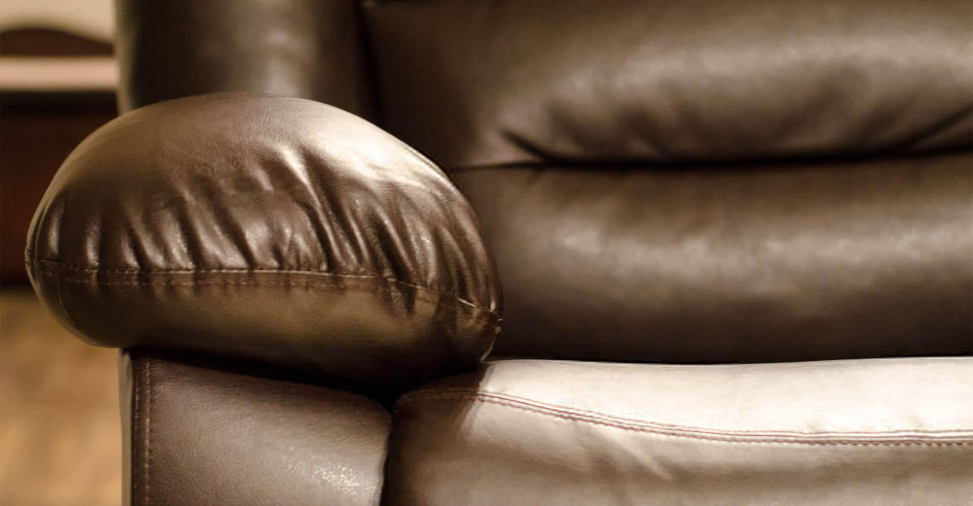 Massagesessel aus braunem Leder in Nahaufnahme