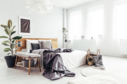 Wasserbett in hellem Schlafzimmer