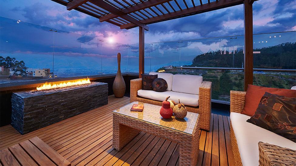Balkonfeuer in edlem Look auf Holzboden und vor weißen Terrassenmöbeln