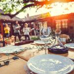 Familie deckt Tisch für Gartenparty - 500