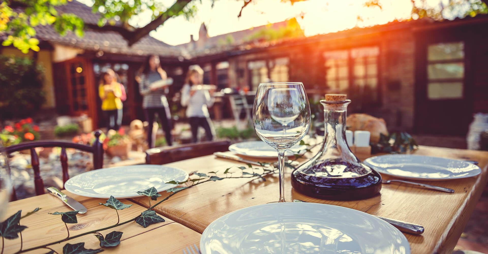 Familie deckt Tisch für Gartenparty