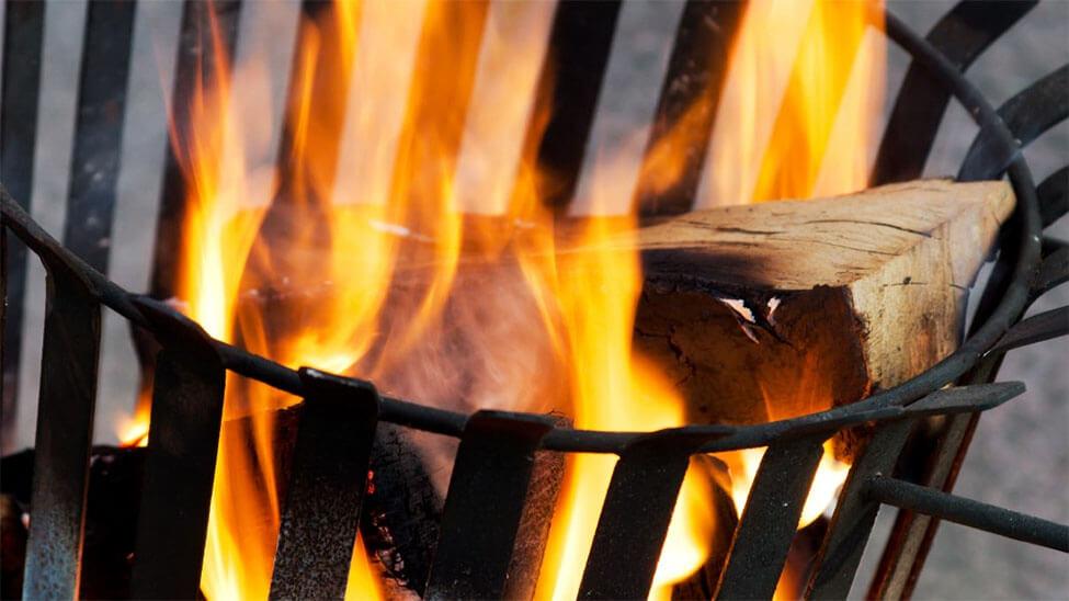 Feuerkorb mit brennendem Holz