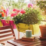 Balkon Ideen wie Tisch und Blumen