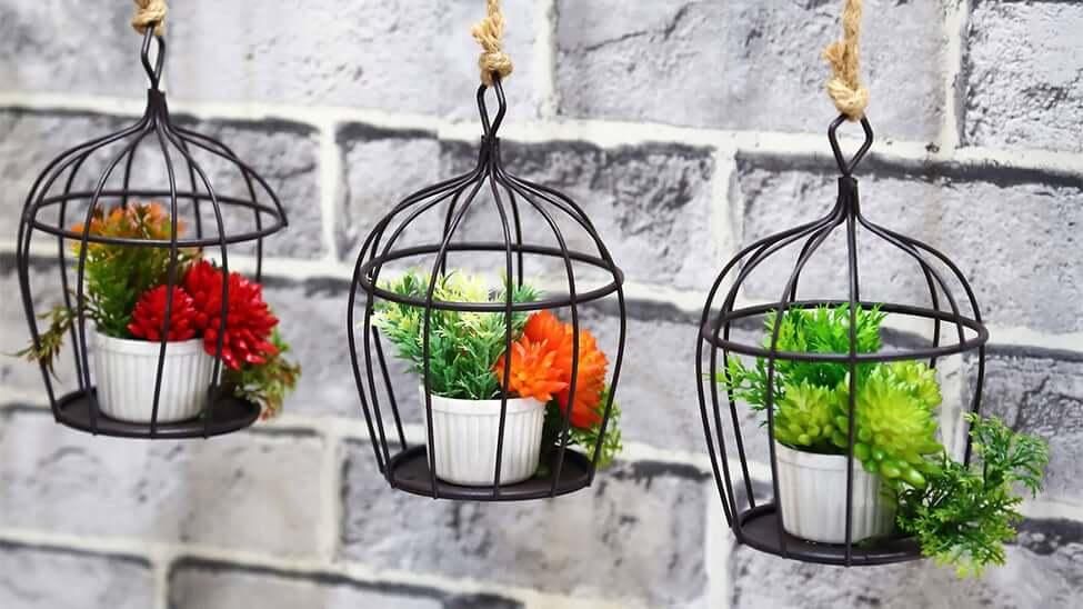 Kleine Pflanzentöpfe mit Pflanzen drin als Gartendeko