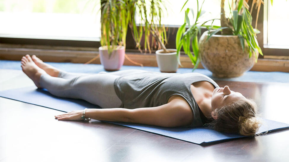 Frau macht Autogenes Training