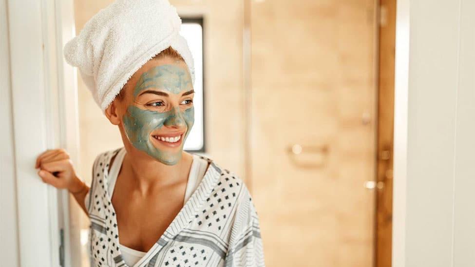 Lächelnde Frau mit Gesichtsmaske