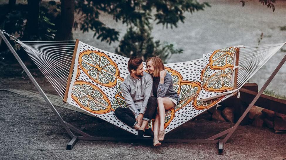 Paar in Hängematte mit Metallgestell