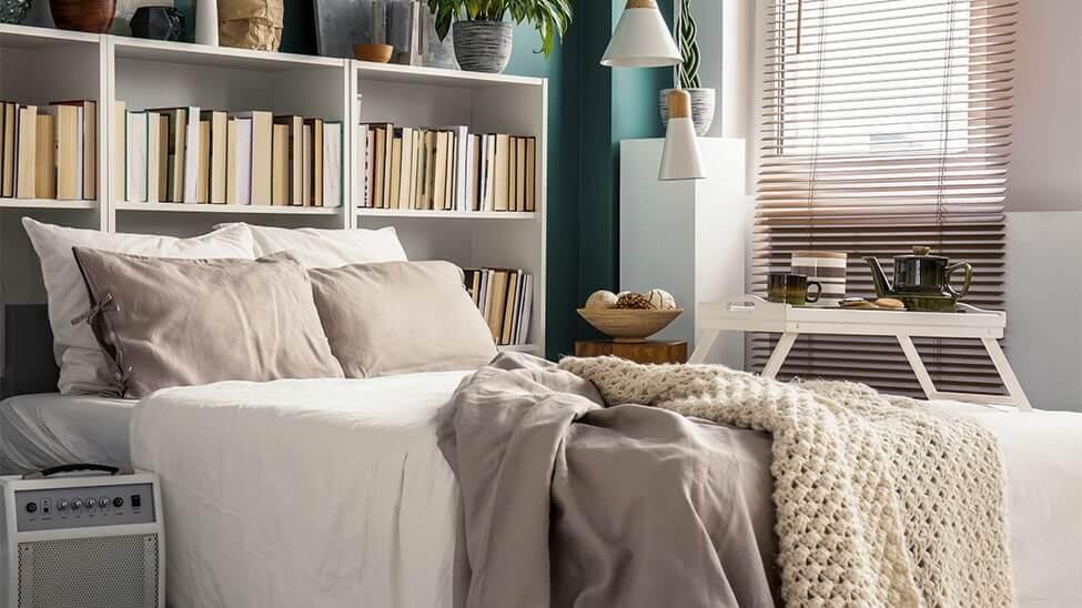 Schlafzimmer gemütlich mit Bücherregal