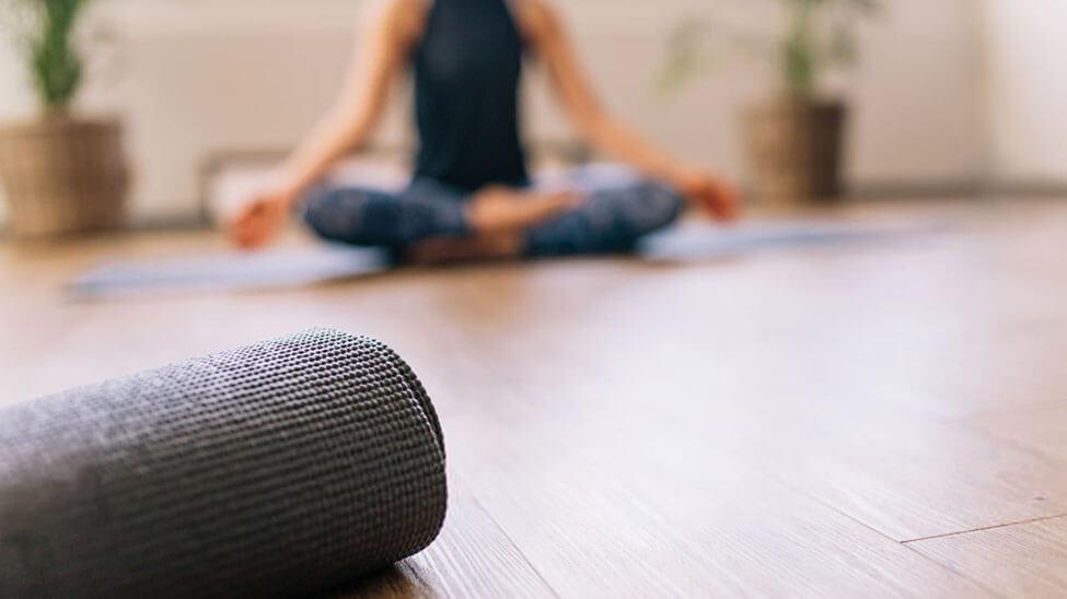 Yogamatte im Vordergrund