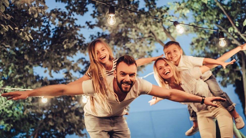 Familie unter Lichterkette