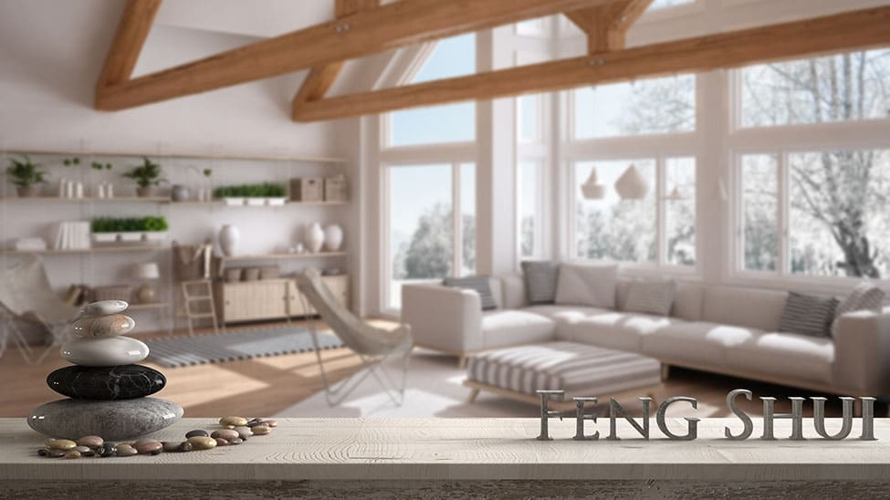 Feng Shui Einrichtung im Wohnzimmer mit Steinen und Lettern