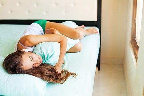 Frau schläft mit Seitenschläferkissen