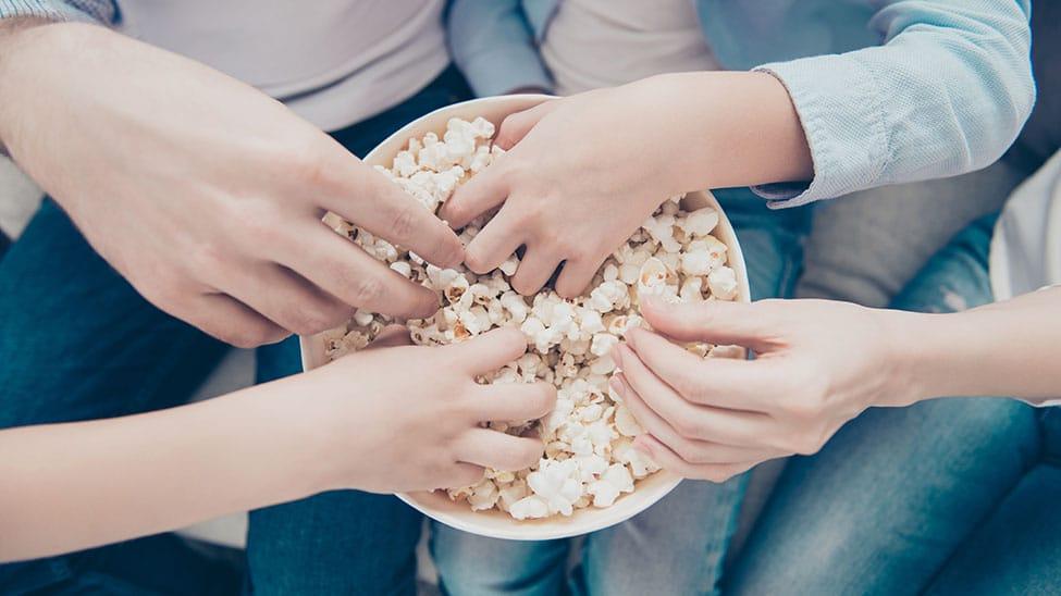 Freunde essen selbst gemachtes Popcorn