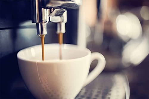 Kaffeemaschine macht Kaffee in Tasse