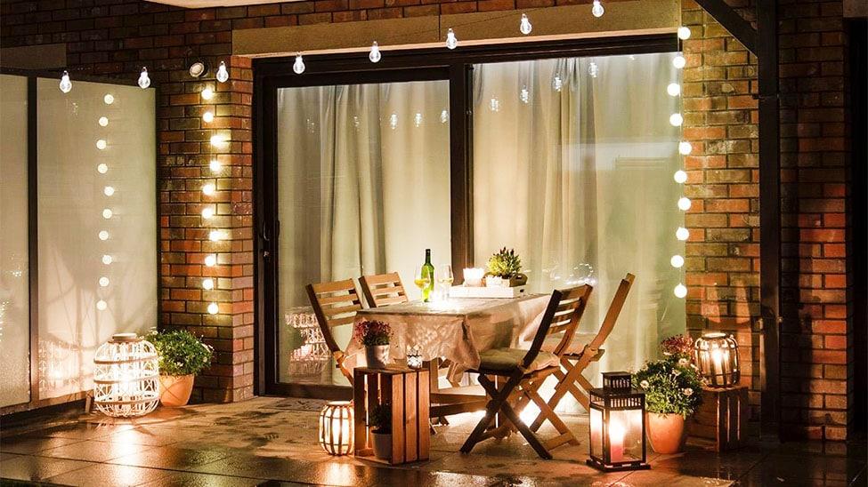 Lichterketten und Lampen auf Terrasse