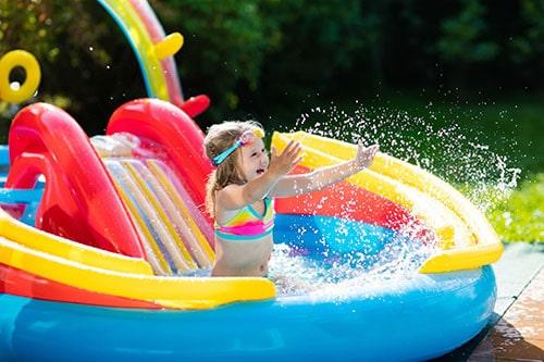 Mädchen in aufblasbarem Pool