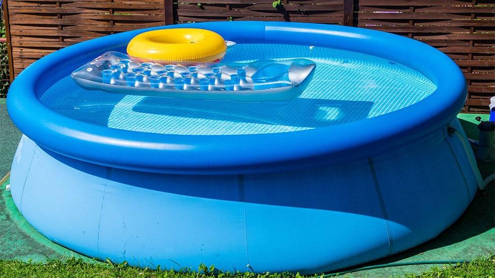 Runder Pool mit Luftmatratze und Ring in Garten
