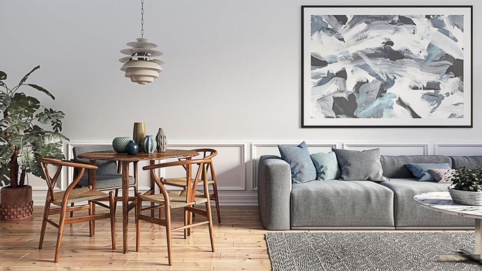 Wohnzimmer eingerichtet in Skandinavischem Wohnstil mit Tisch und Stühlen an der Seite