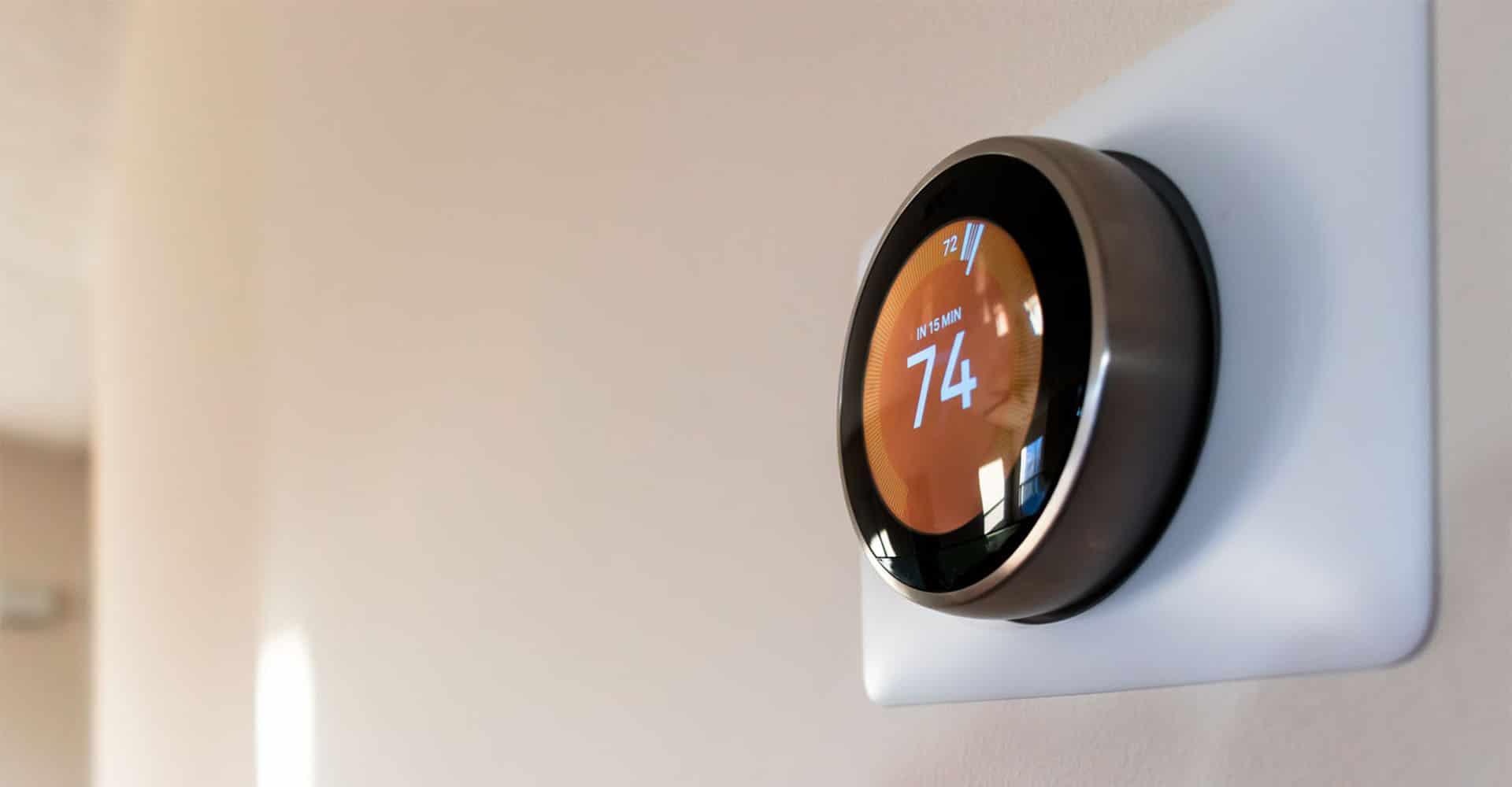 Smart Home System Gerät an Wand