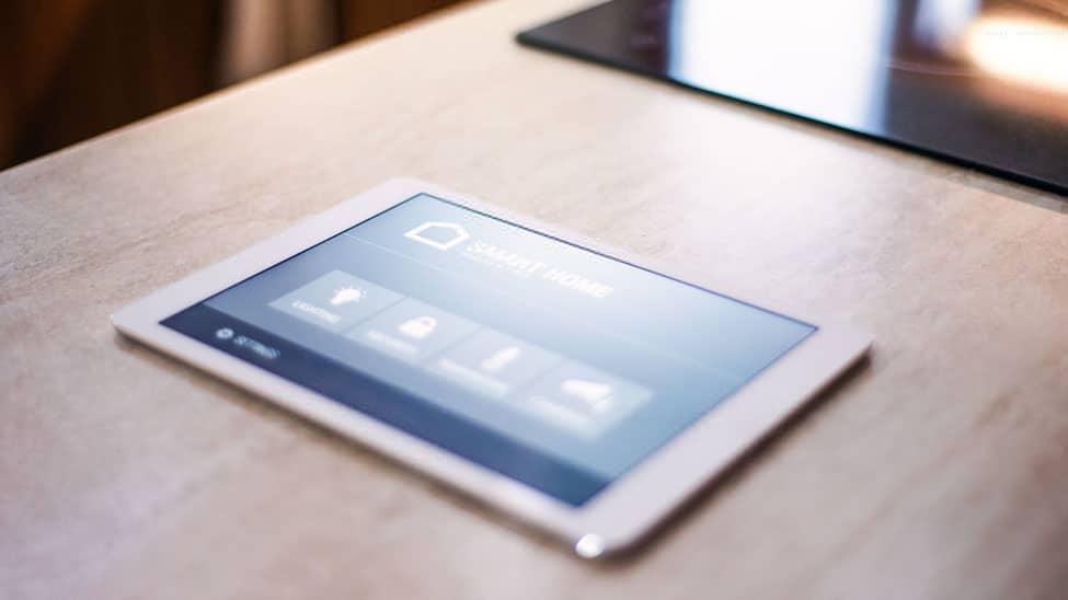 Smart Home System Tablet auf Küchentisch