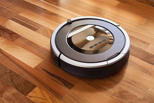 Staubsauger-Roboter auf Holz-Laminat
