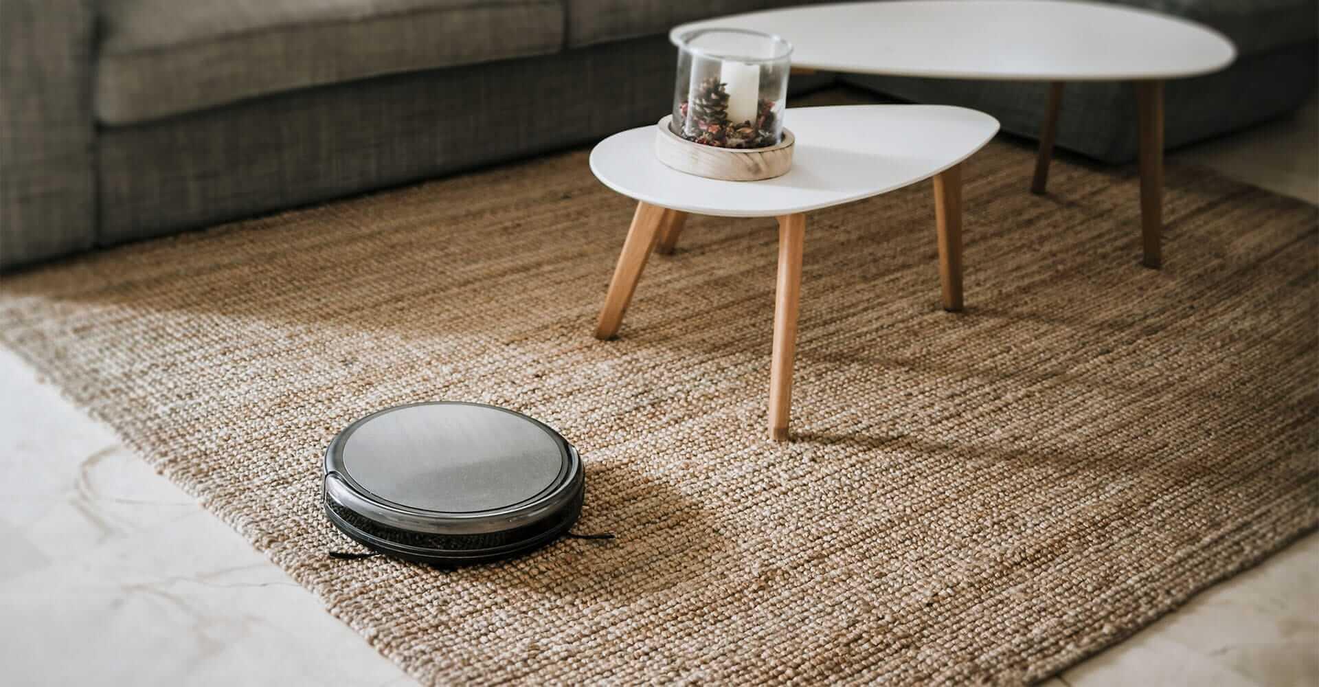 Staubsauger-Roboter auf Teppich