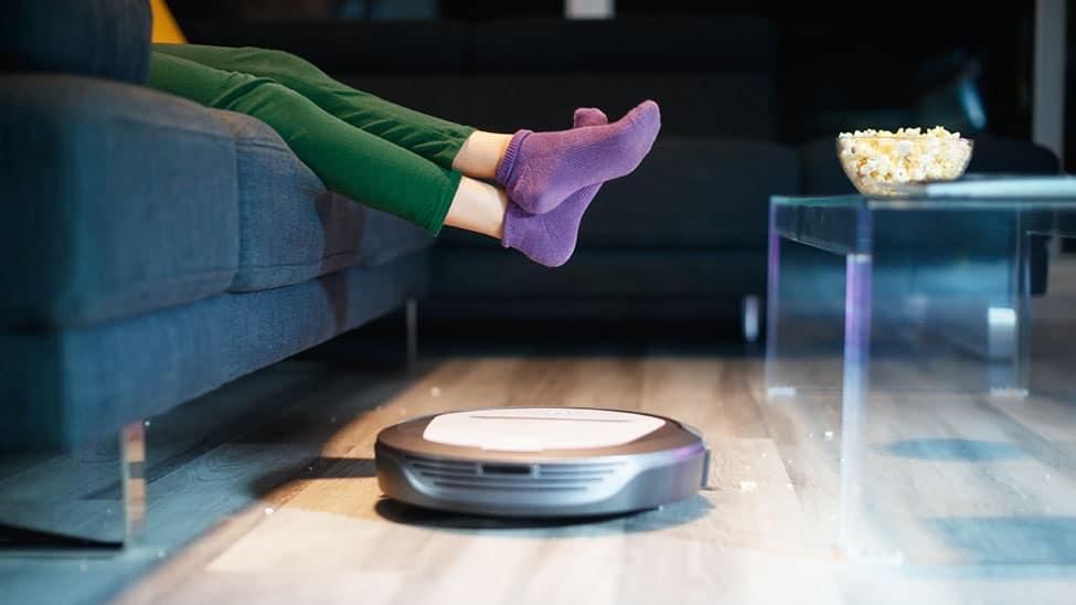 Staubsauger-Roboter vor Sofa